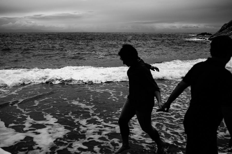 siluette in riva al mare
