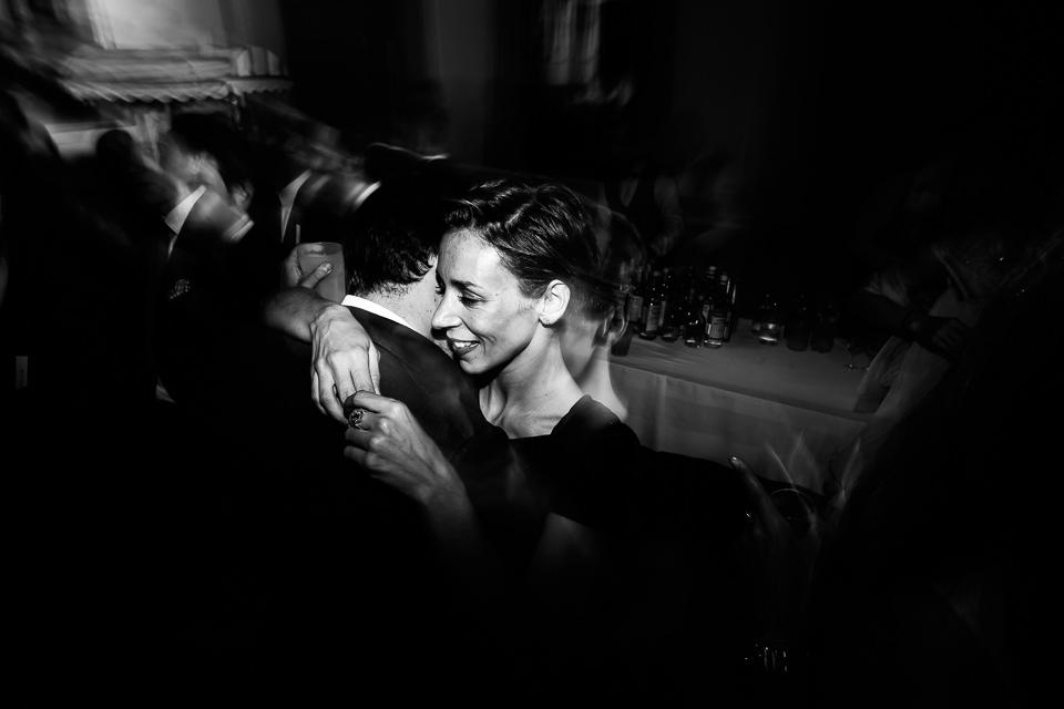 coppie di fidanzati ballano al matrimonio degli amici