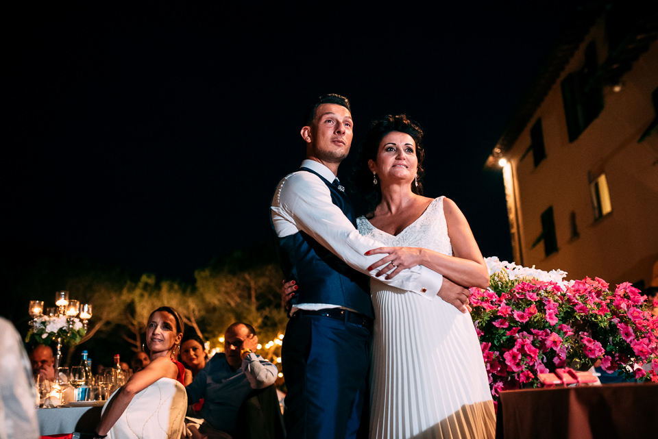 coppia di sposi abbracciati al poggetto resort