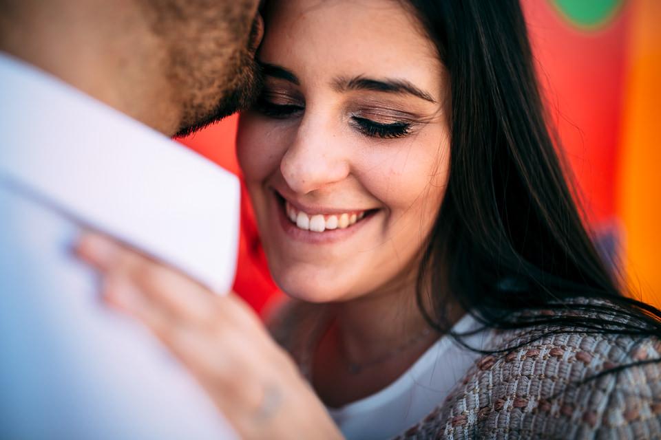 ragazzi innamorati posano per un servizio fotografico di engagement nelle langhe
