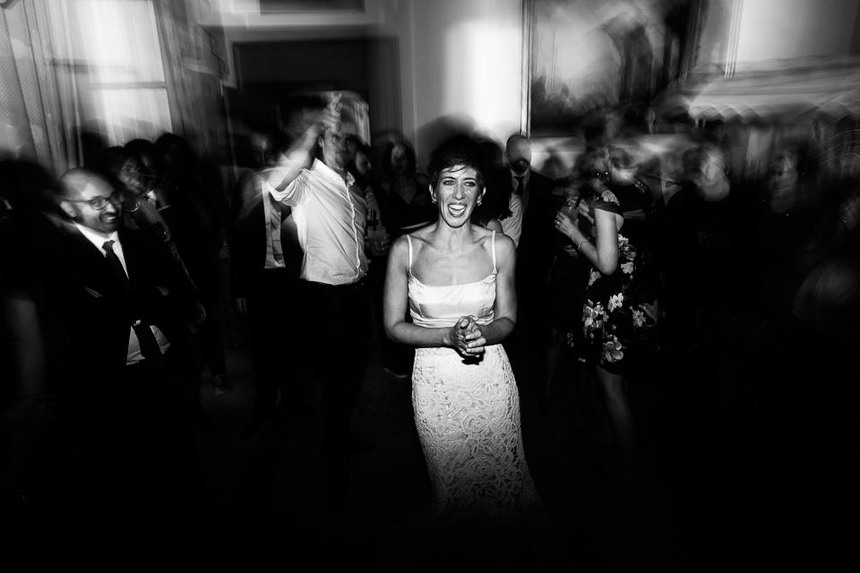 sposa sorridente a villa faraggiana