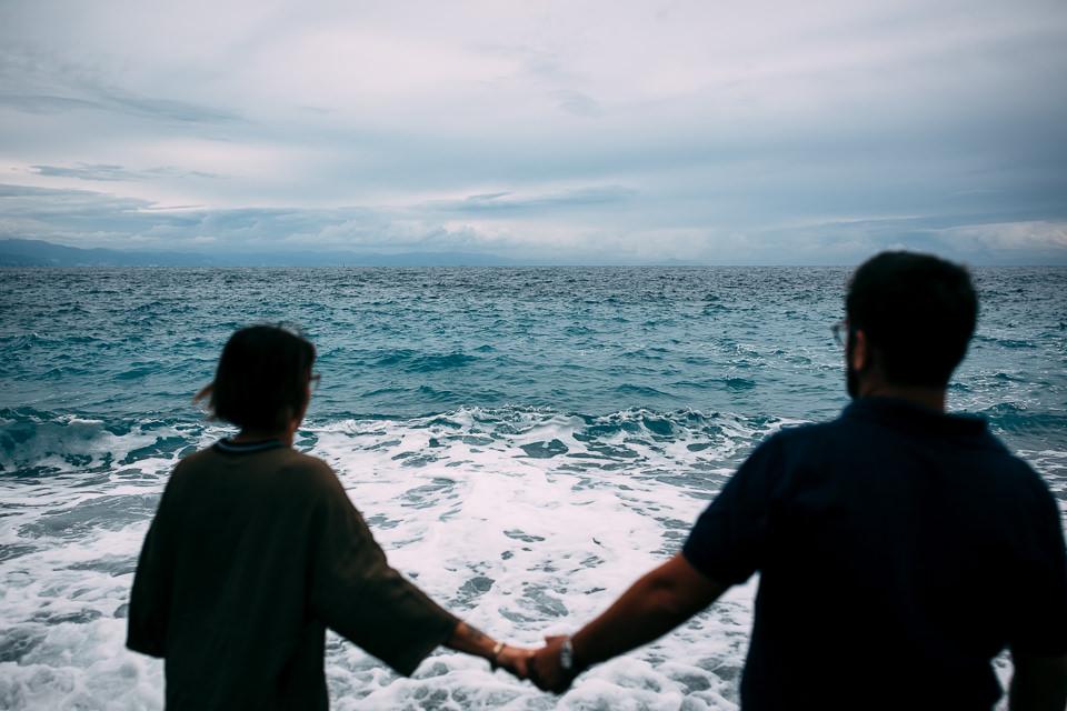 ragazzi innamorati in riva al mare in Liguria