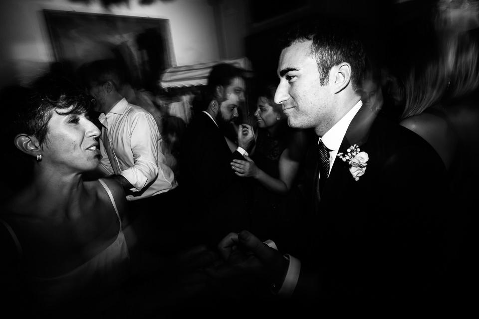 sposini ballano al loro matrimonio