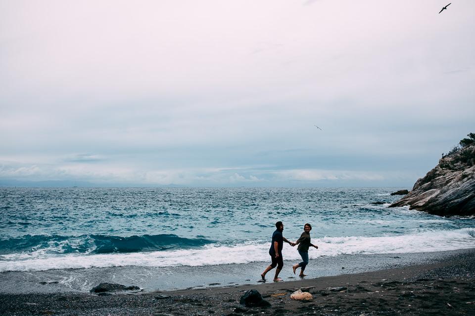coppia di fidanzati corrono al mare
