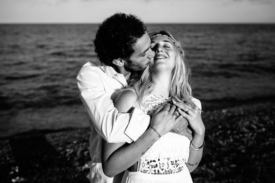 ritratto al mare di una giovane coppia di fidanzati