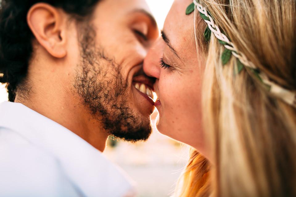 giovani futuri sposi si baciano al mare