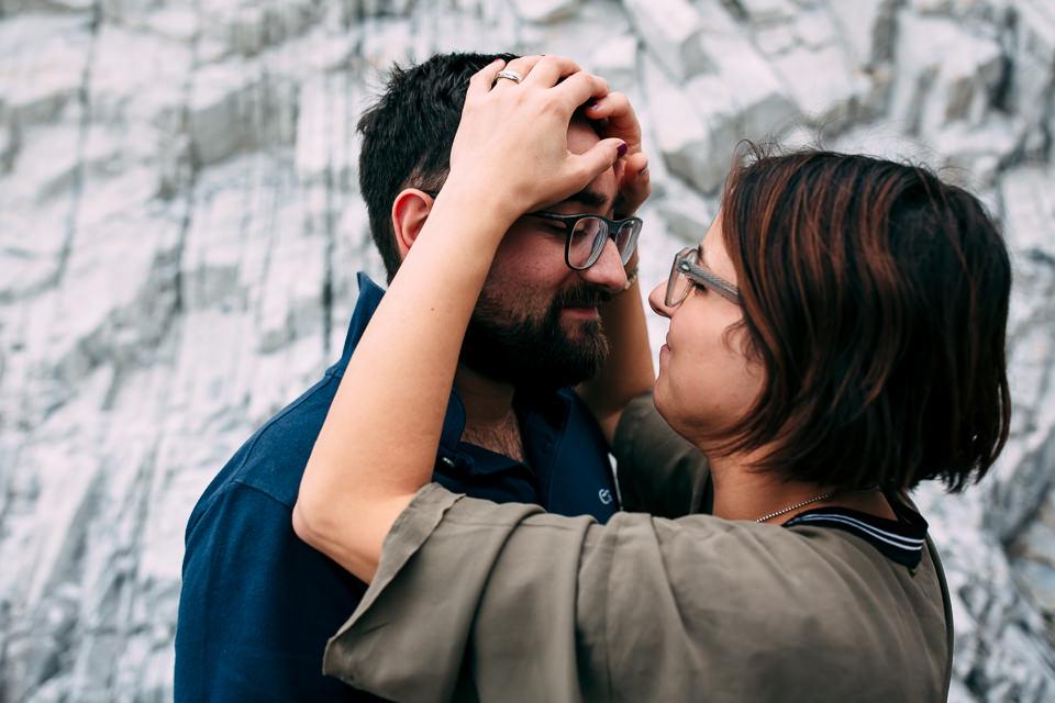coppia di fidanzati con gli occhiali