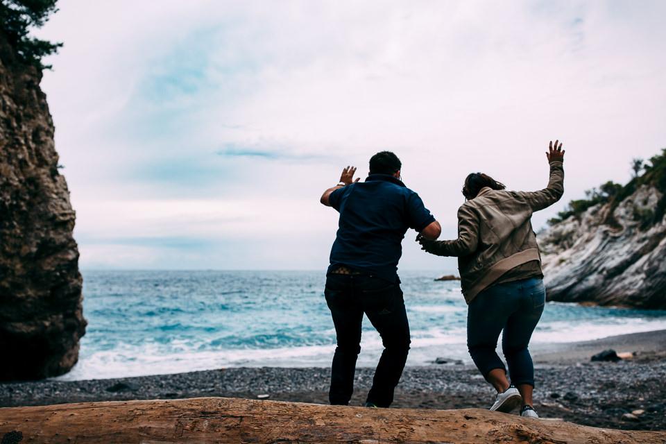 ragazzi saltano da un tronco in spiaggia