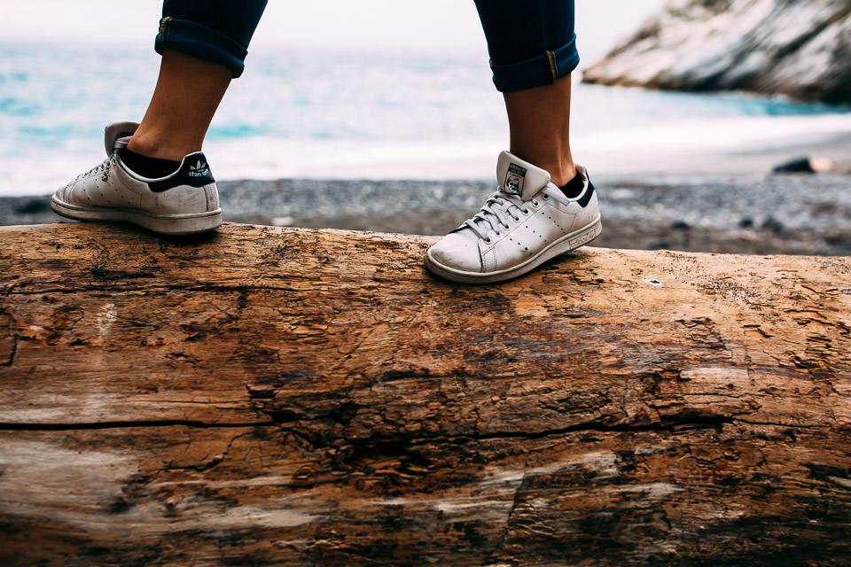 scarpe Adidas bianche al mare
