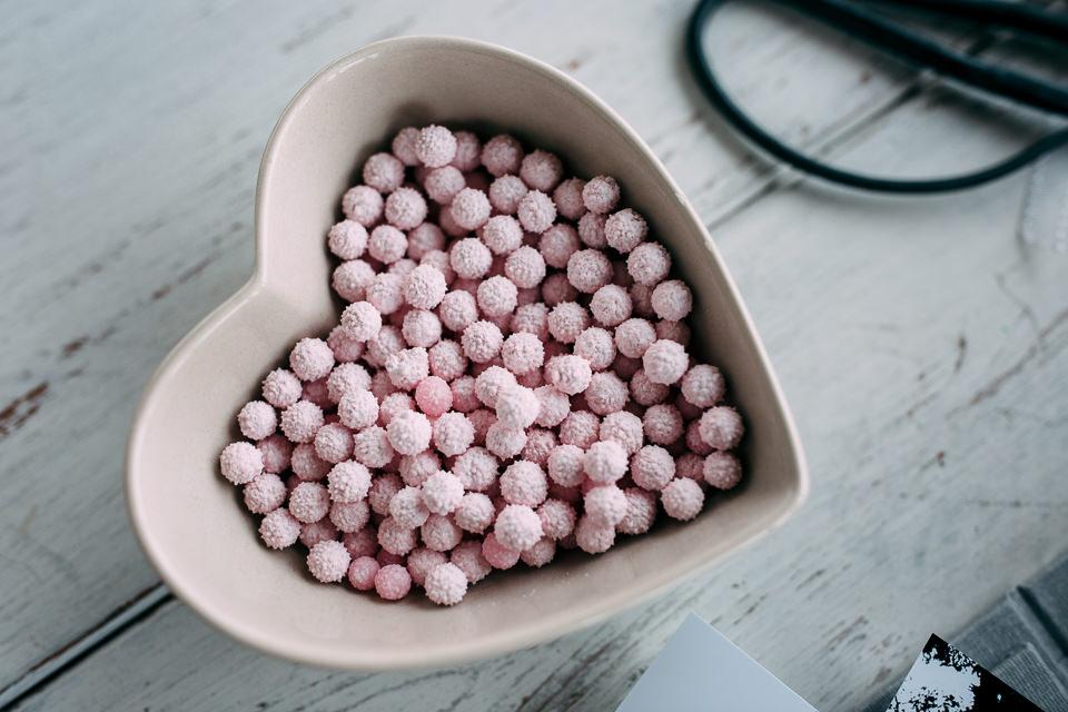 un cuore rosa di caramelle