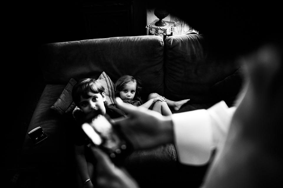 bambini giocano con lo sposo