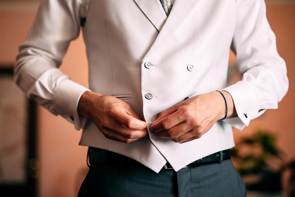 sposo in abito chiaro