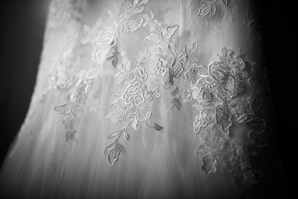 lungo abito bianco della sposa ad alba