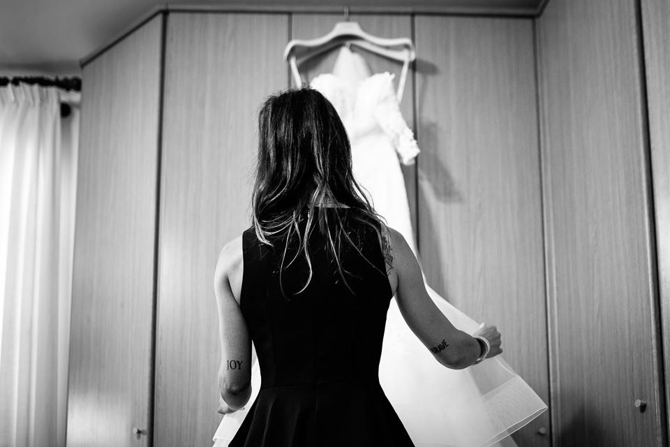 ragazza tatuata prende l'abito da sposa