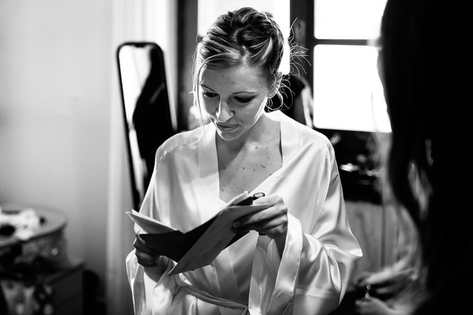 sposa legge un messaggio prima della cerimonia