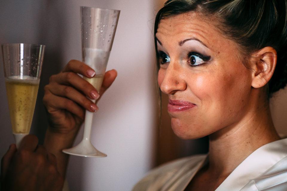 la sposa brinda con i parenti