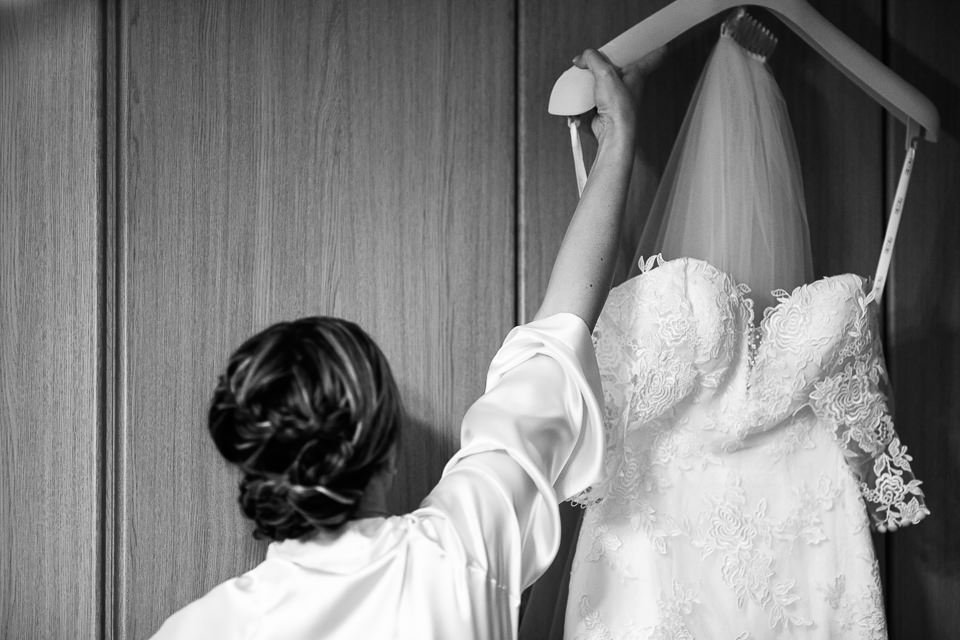 la sposa prende il suo abito nuziale
