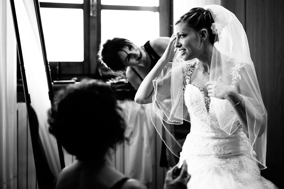 la sposa sistema gli ultimi dettagli prima della cerimonia