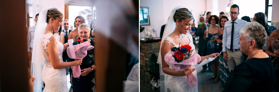 la sposa riceve un regalo dalla nonna