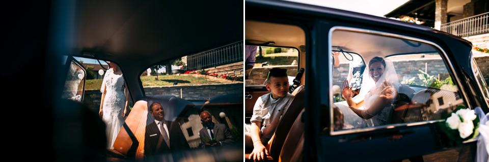 sposa sale sulla macchina d'epoca che la accompagnerà in chiesa