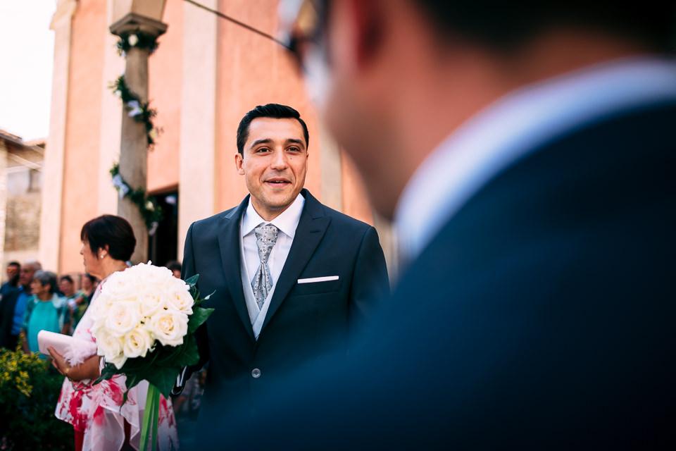 sposa attende la sposa davanti alla chiesa