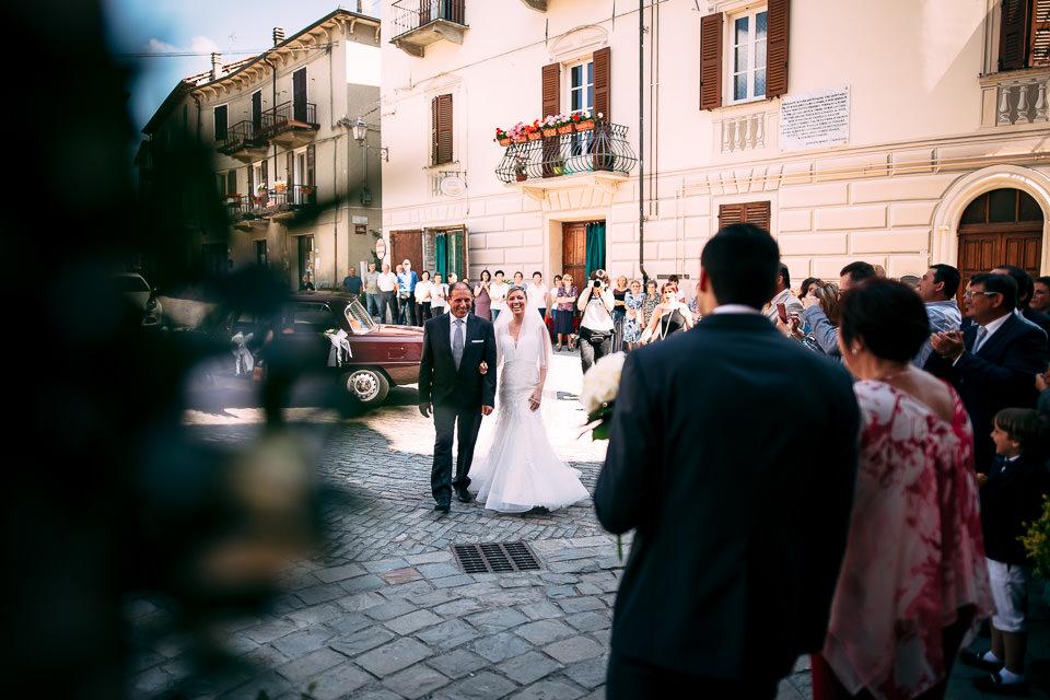 sposa accompagnata dal padre incontra lo sposo