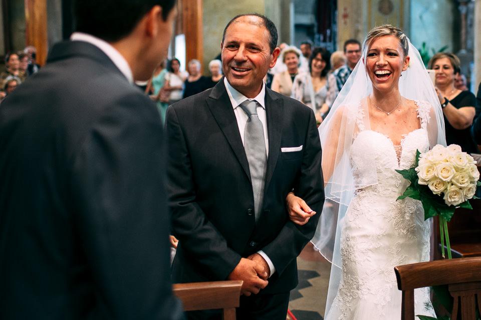 il padre della sposa saluta lo sposo all'altare
