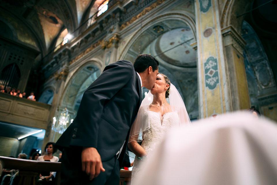 bacio degli sposi in chiesa