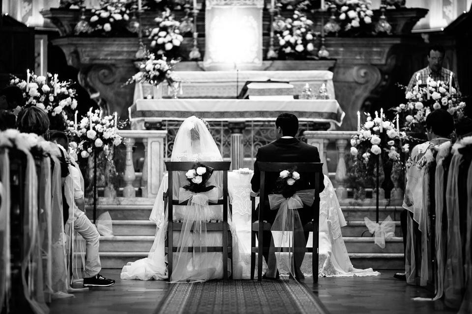 sposi seduti davanti all'altare