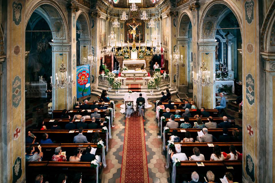 foto panoramica all'interno della chiesa durante il matrimonio