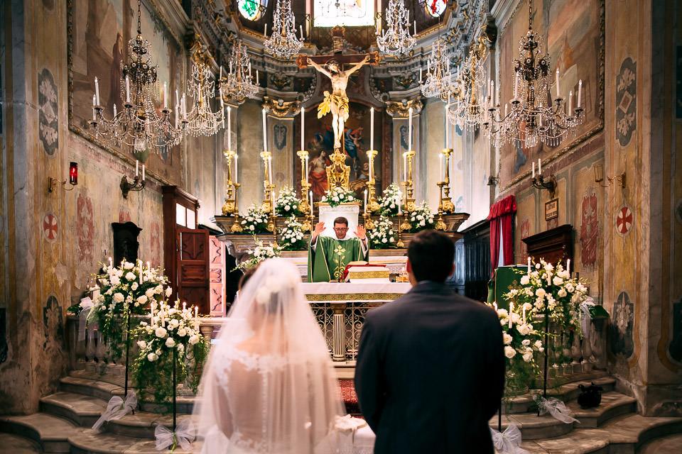 prete benedice gli sposi
