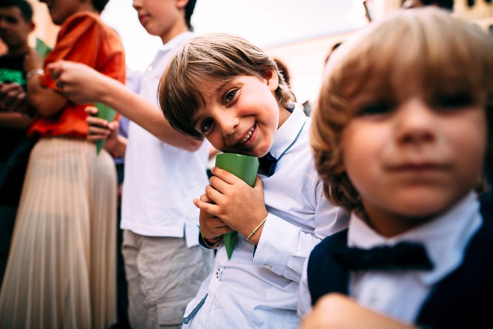 bambini attendono di lanciare il riso agli sposi