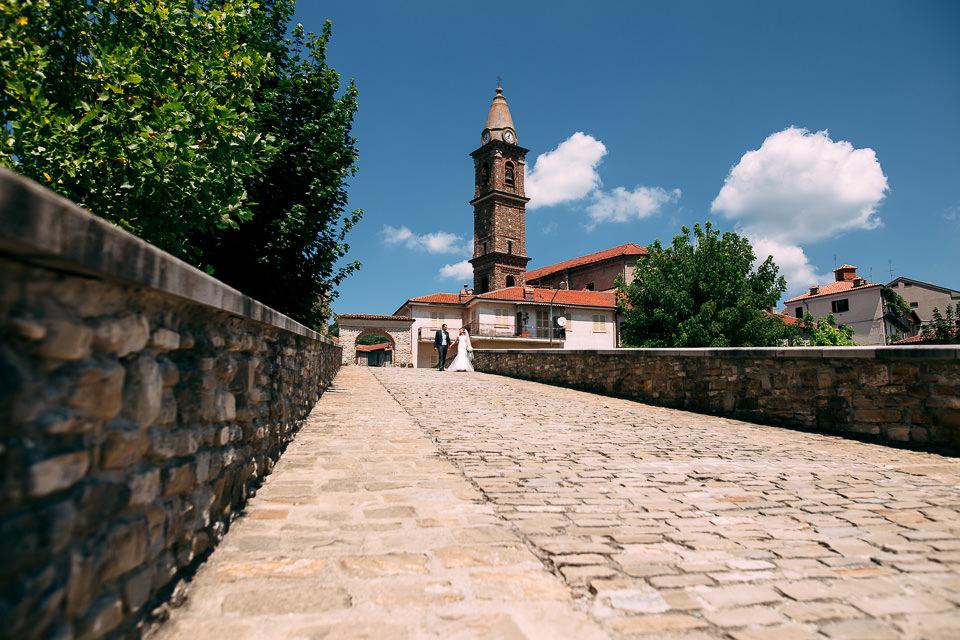 sposi passeggiano per monastero bormida