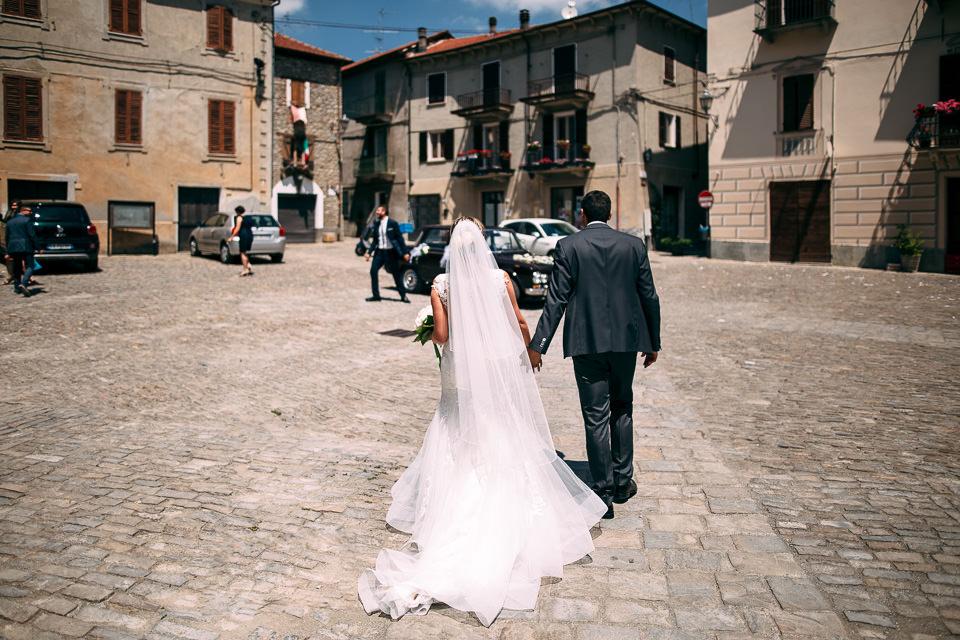 sposi camminano mano nella mano