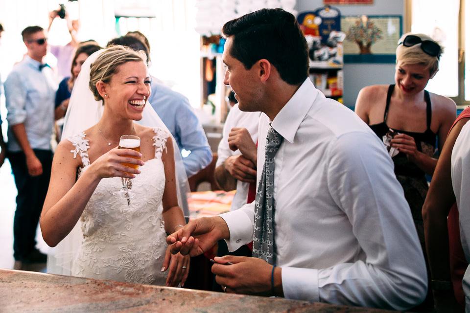 coppia di sposi beve una birra al bar