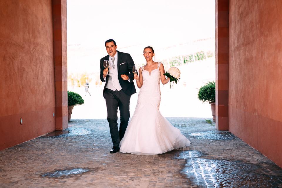 arrivo degli sposi alla location per festeggiare il loro matrimonio alla tenuta carretta di piobesi d'alba