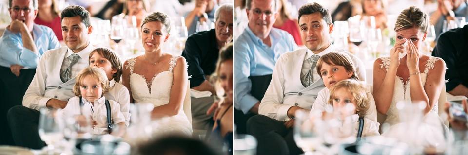 gli sposi guardano un video durante il ricevimento del loro matrimonio a tenuta carretta