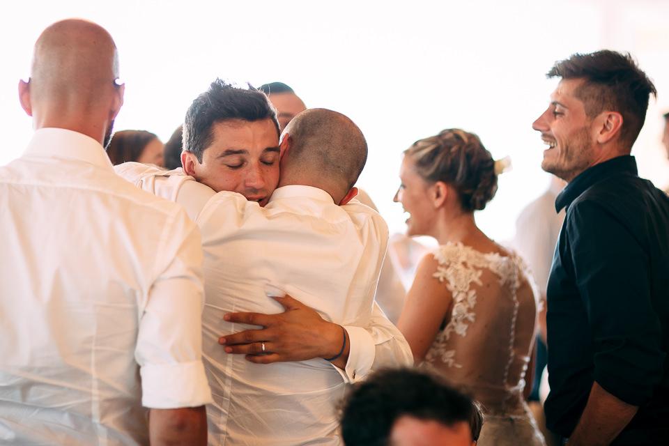 sposo abbracciato dagli amici