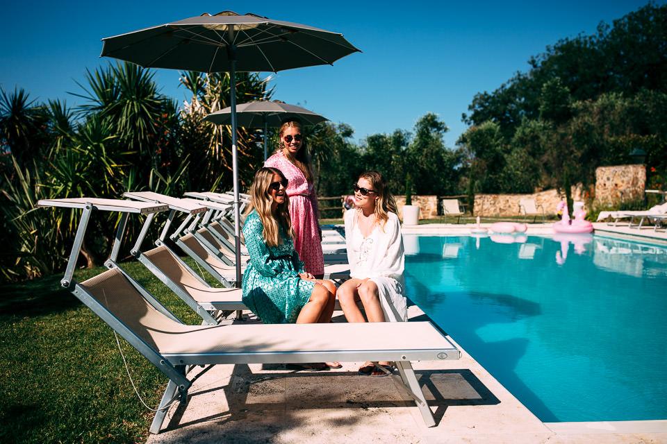 la sposa e le damigelle a bordo piscina in toscana