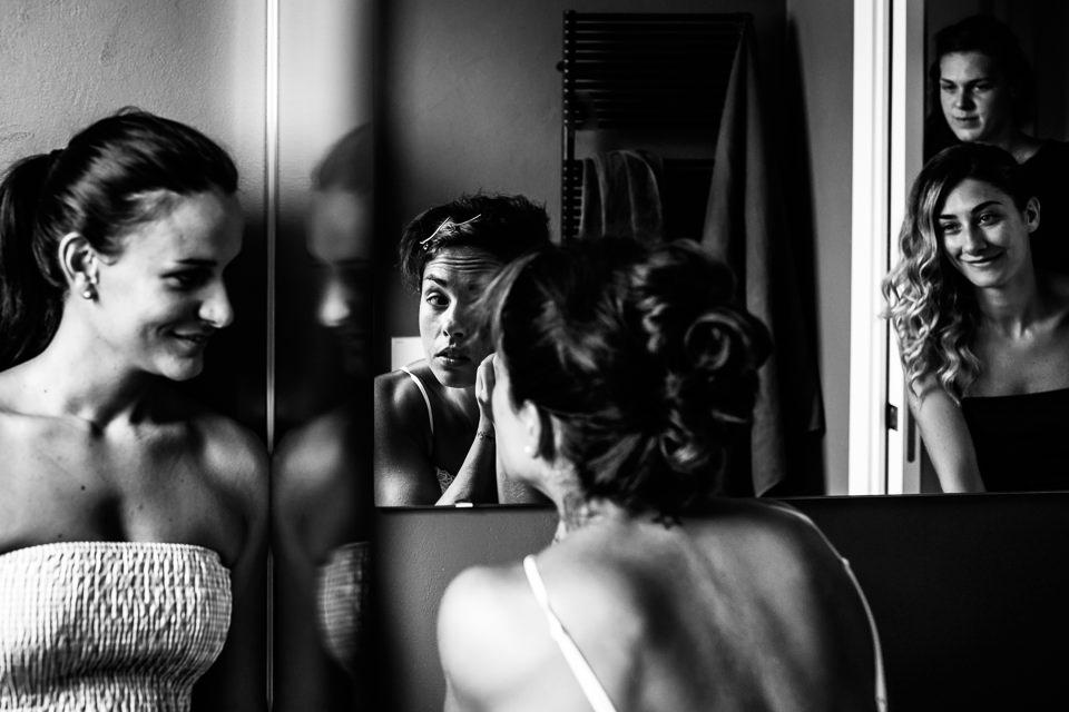 sposa riflessa nello specchio mentre si trucca
