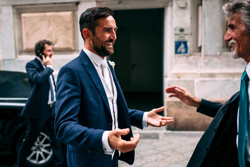 lo sposo incontra il padre prima della cerimonia