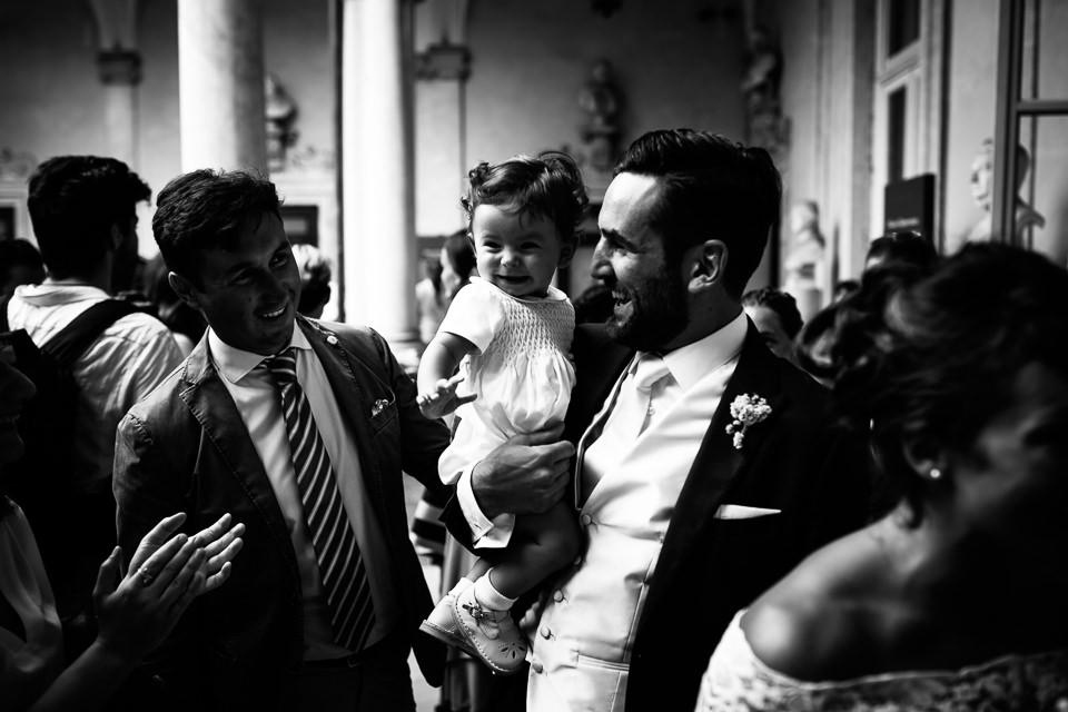 sposo con in braccio la figlia