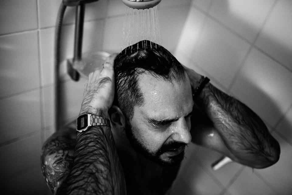sposo fa la doccia
