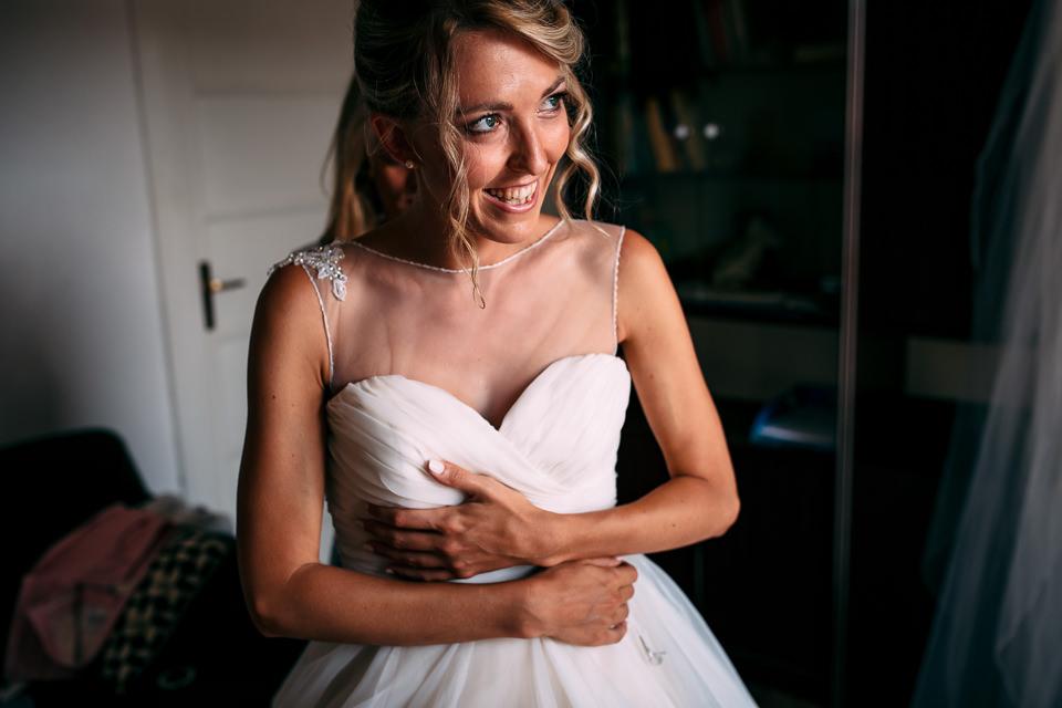 vestizione sposa in bianco