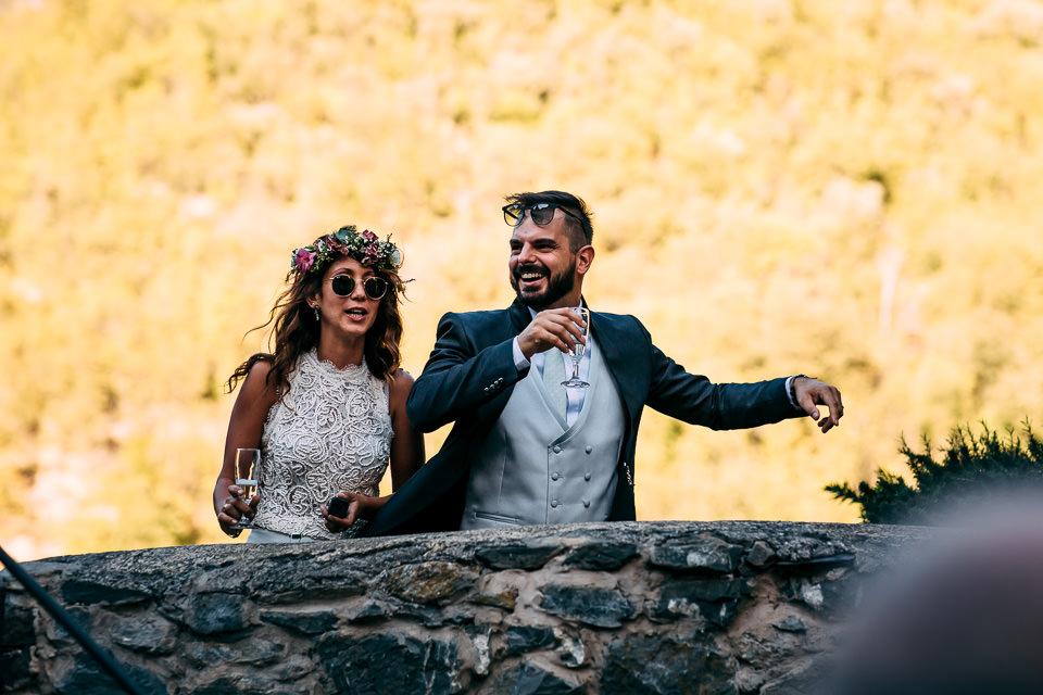 sposi con occhiali da sole