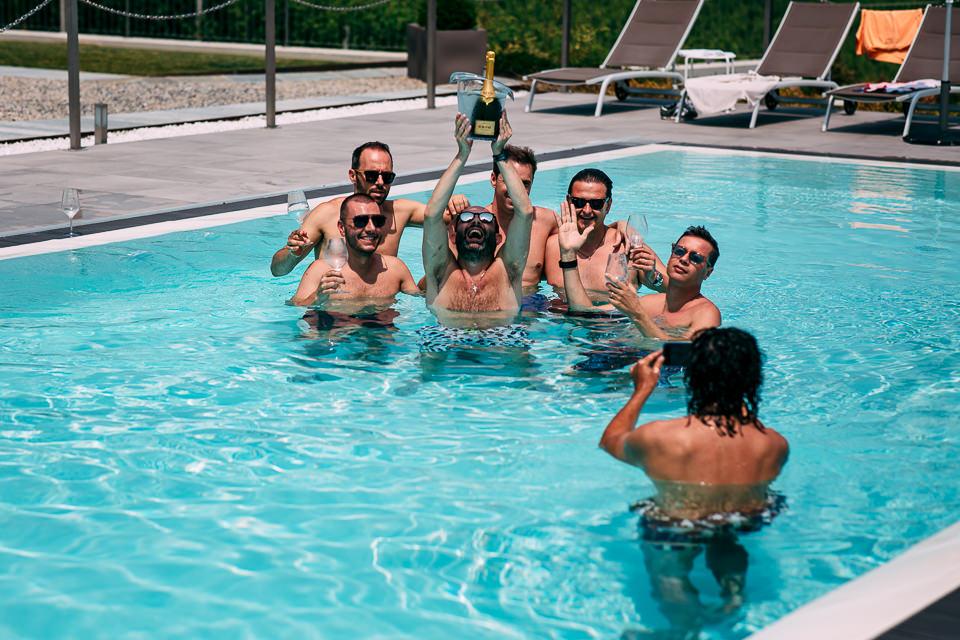 sposo in piscina con gli amici