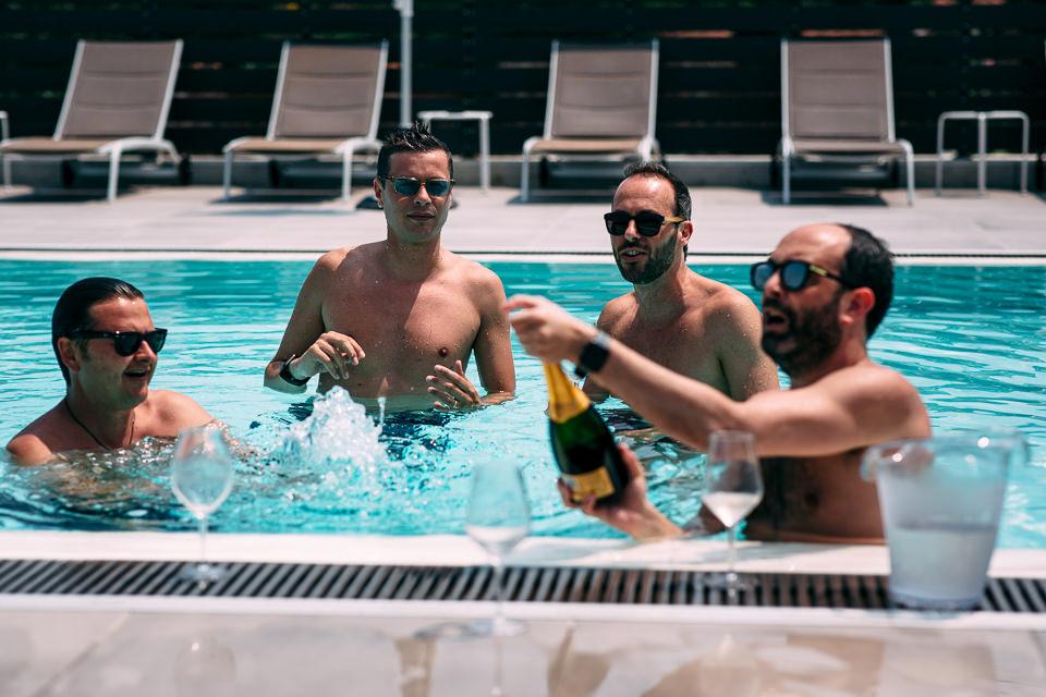 ragazzi in piscina alla dimora san carlo di la morra