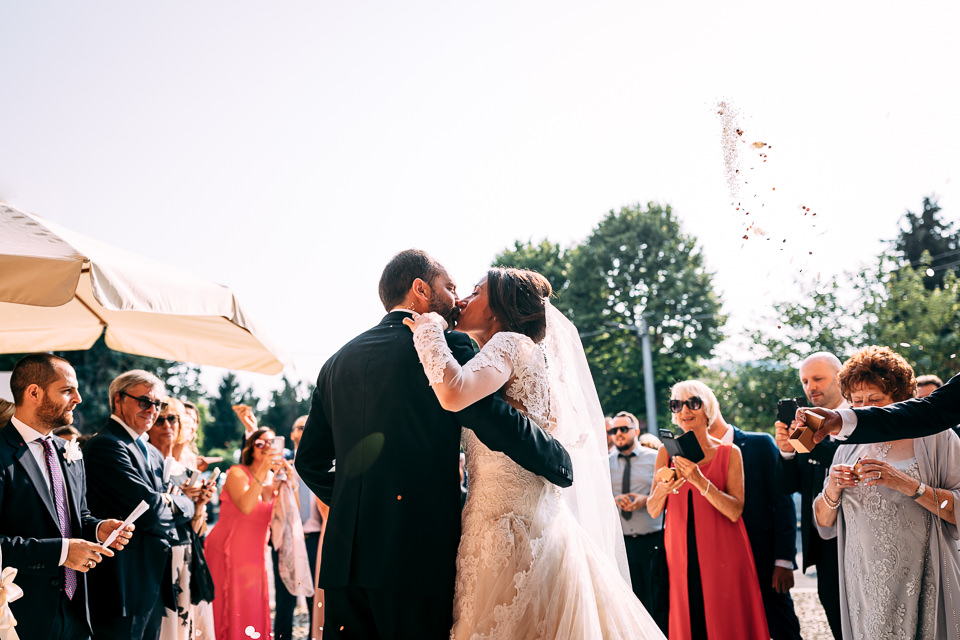 sposi si baciano