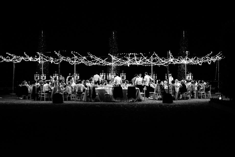 cena di matrimonio all'aperto sotto le lucine