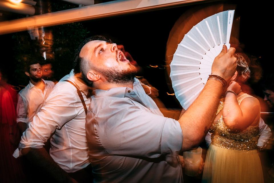 amico sposa che balla con il ventaglio